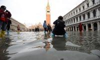 Venice (Italy), 17/11/2019.- A tourist takes a photo in flooded St. Mark's Square in Venice, northern Italy, 17 November 2019. Five days ago, the Italian lagoon city experienced its worst flooding in more than 50 years. (Italia, Niza, Venecia) EFE/EPA/ANDREA MEROLA