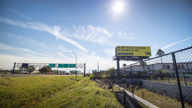 """""""No creemos en encerrar a los niños. ¿Usted sí?"""". Cartel colgado en una carretera como parte de la campaña que Amnistía Internacional lanzó contra la política de detención prolongada de menores migrantes del presidente de EE.UU. (Foto Prensa Libre: EFE)"""