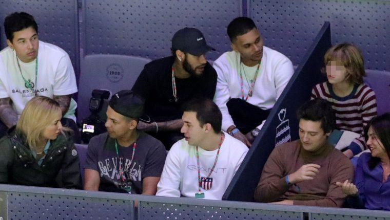 El delantero brasileño del París Saint Germain, Neymar (c) durante el partido entre Rafa Nadal y el ruso Karen Jachánov correspondiente a la segunda jornada de la Copa Davis. (Foto Prensa Libre: EFE)