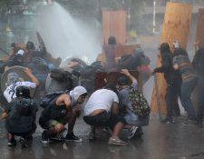 Miles de manifestantes protestan este viernes en la céntrica plaza Italia de Santiago, durante una nueva jornada de protestas en contra del Gobierno y en demanda de mejoras de corte transversal. (Foto Prensa libre: EFE)