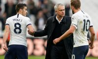 London (United Kingdom), 23/11/2019.- Head coach Jose Mourinho (C) of Tottenham Hotspur, Harry Winks (L) and Harry Kane (R) of Tottenham Hotspur react after the English Premier League soccer match between West Ham United and Tottenham Hotspur in London, Britain, 23 November 2019. (Reino Unido, Londres) EFE/EPA/WILL OLIVER EDITORIAL USE ONLY. No use with unauthorized audio, video, data, fixture lists, club/league logos or 'live' services. Online in-match use limited to 120 images, no video emulation. No use in betting, games or single club/league/player publications