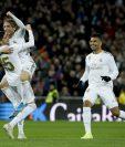 El jugador del Real Madrid Federico Valverde (i), celebra su gol con su compañero Luka Modric (c) durante el partido ante la Real Sociedad, (Foto Prensa Libre: EFE)