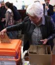 La Vicepresidenta de Uruguay y senadora electa Lucía Topolansky ejerce su derecho al voto en Montevideo, Unos 2,7 millones de ciudadanos elijan en segunda vuelta al presidente de Uruguay  para el período 2020-2025. (Foto Prensa Libre: EFE)