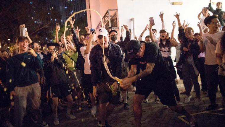 Militantes prodemocracia celebran la abrumadora victoria. (Foto Prensa Libre: EFE)