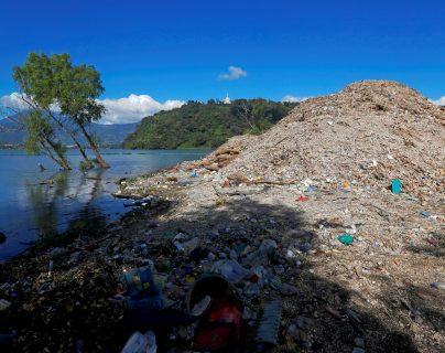 Una montaña de basura se acumula en el lago de Amatitlán, que recibe desechos de 14 municipios. (Foto Prensa Libre: EFE)