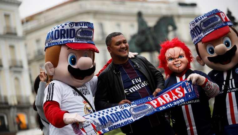 Los aficionados del PSG se hacen fotos con los trabajadores que se disfrazan en la Plaza Mayor de Madrid. (Foto Prena Libre EFE).