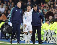 El delantero del Real Madrid Hazard se retira lesionado, durante el partido de la quinta jornada de la fase de grupos de la Liga de Campeones ante el Paris Saint Germain. (Foto Prensa Libre: EFE)