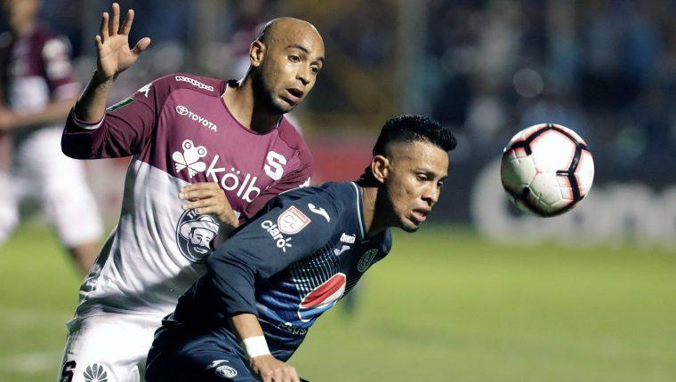 Alexander Robinson (izquierda) de Saprissa disfruta el retorno del futbol a los estadios de Costa Rica. (Foto Prensa Libre: EFE)
