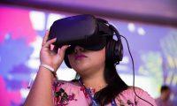 AME953. PUNTA CANA (REPÚBLICA DOMINICANA), 28/11/2019.- Fotografía de archivo del 01 de noviembre del 2019 de una mujer que observa una presentación en formato realidad virtual durante el Foromic 2019, en Punta Cana (República Dominicana). La realidad virtual y aumentada aportarán 1,5 billones de dólares (1,36 billones de euros) a la economía mundial en 2030, 32 veces más de lo que suponen en la actualidad, según un informe de PriceWaterhouseCoopers (PwC). Este año habrán generado 46.400 millones de dólares (42.150 millones de euros), una cantidad que será diez veces mayor en 2025. Este es uno de los clics de la semana en América. EFE/ Orlando Barría/Archivo