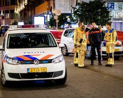 La policía llega a Grote Marktstraat, en La Haya, donde varias personas fueron atacadas por un hombre con un arma blanca. (Foto Prensa Libre: EFE)