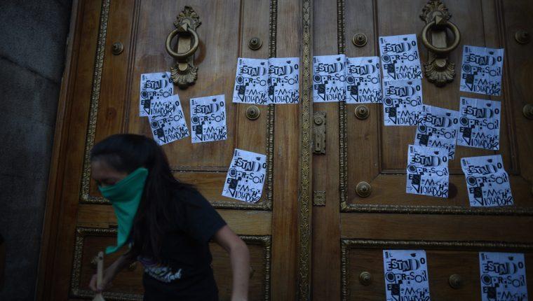 """Mujeres participan durante la coreografía """"Un violador en tu camino"""", el sábado 30 de noviembre de 2019 en la Plaza de los Derechos Humanos de la Corte Suprema de Justicia y frente al Congreso, en Ciudad de Guatemala. (Foto Prensa Libre: EFE)"""