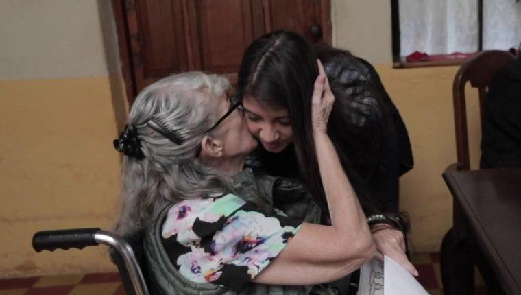 La familia de Marisabel Aldana Salguero, participante de los 21 Días de Dar Felicidad 2018, llevó alegría a adultos mayores del asilo Santo Domingo, ubicado en la zona 1 de la capital. (Foto Prensa Libre: Hemeroteca PL)