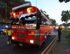 Un piloto y un pasajero resultaron heridos en uno de los ataques. (Foto Prensa Libre: Bomberos Municipales)