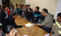 Decenas de vecinos asistieron a la reunión con representantes de Energuate en Patzité. (Foto Prensa Libre: Héctor Cordero)
