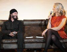 Keanu Reeves y Alexandra Grant participan juntos en una evento de la editorial X Books. (Foto Prensa Libre: X Artists Books/Facebook)