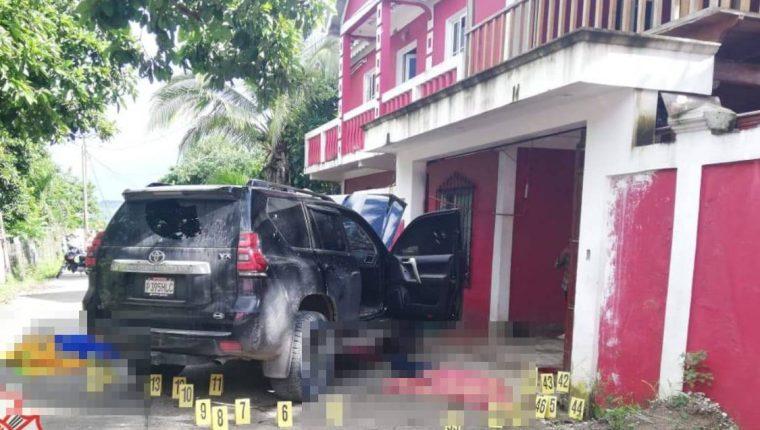 Ocupantes de este vehículo fueron atacados a balazos.  (Foto Prensa Libre: Bomberos Municipales Departamentales)