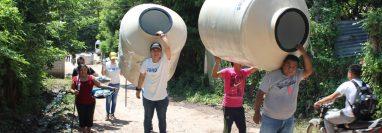 Pobladores de El Oreganal, Zacapa, reciben tanques para depositar el agua que utilizarán para consumo. (Foto Prensa Libre: Dony Stewart)