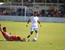 Acción durante el partido entre cremas e Iztapa. (Foto Prensa Libre: Cortesía Comunicaciones FC)
