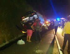 Bomberos auxiliaron a los pasajeros del autobús accidentado. (Foto tomada de Telenoticias Escuintla)