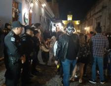 La Policía Nacional Civil (PNC) se instaló en varios puntos del país, como en Antigua Guatemala, la noche del 31 de octubre. (Prensa Libre: PNC)