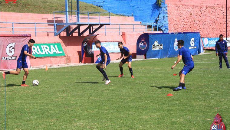 Jugadores de Municipal durante un entrenamiento en el estadio El Trébol. (Foto Prensa Libre: Rojos del Municipal).