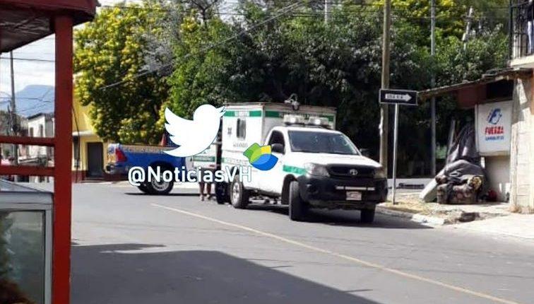 Bomberos Municipales Departamentales trasladaron al hombre lesionado al Hospital Roosevelt. (Foto tomada de Noticias Villa Hermosa)