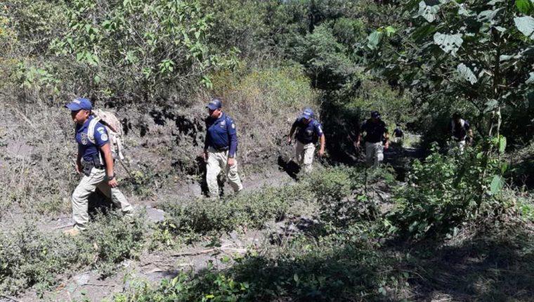 Agentes de la Policía Nacional Civil recorren senderos cercanos al volcán Acatenango para encontrar a explorador alemán. (Foto Prensa Libre: Conred)