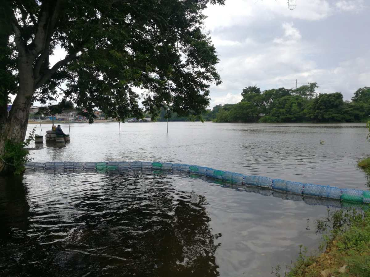 Colocan 25 biobardas en ríos de Petén afectados por desechos sólidos