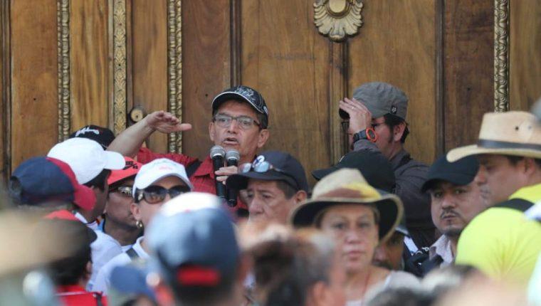 Joviel Acevedo, dirigente sindical, se dirige a maestros antes de ingresar a una reunión con diputados. (Foto Prensa Libre: Érick Ávila)