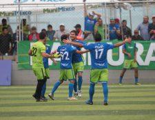 Dustin Corea celebra con sus compañeros después de anotarle a Nicholas Hagen. (Foto Prensa Libre: Norvin Mendoza)