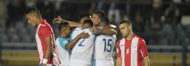 Los jugadores de la Selección de Guatemala festejan el gol de Carlos Gallardo contra Puerto Rico. (Foto Prensa Libre: Norvin Mendoza).