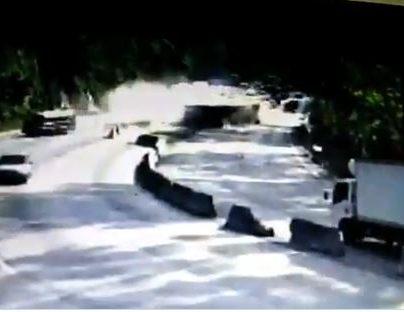 Momento del accidente de un tráiler en la cuesta de Villalobos. (Foto Prensa Libre: @SantosDalia).