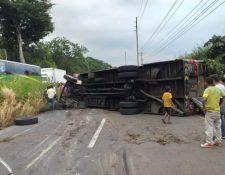 Lugar del accidente en el kilómetro cien de la ruta al Pacífico. (Foto Prensa Libre: Cortesía).