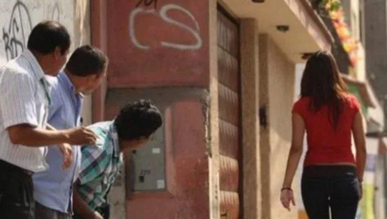 Las mujeres sufren de diversos tipos de acoso en las calles, sobre todo, de cáracter sexual (Foto Prensa Libre: libertadbajopalabra.com).
