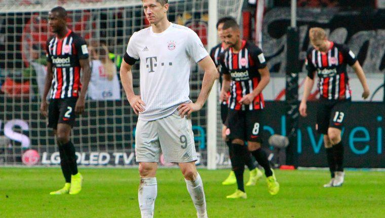 Robert Lewandowski muestra su tristeza tras la caída del Bayern frente al Eintracht Frankfurt (Foto Prensa Libre: AFP).