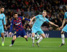 Lionel Messi intenta controlar el balón en el juego contra el Slavia Praga. (Foto Prensa Libre: AFP)
