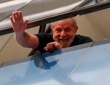 En esta foto de archivo tomada el 7 de abril de 2018, el ex presidente brasileño Luiz Inácio Lula da Silva saluda desde una ventana de la Unión Metalúrgica, en Sao Bernardo do Campo, estado de Sao Paulo, Brasil. (Foto Prensa Libre: AFP)