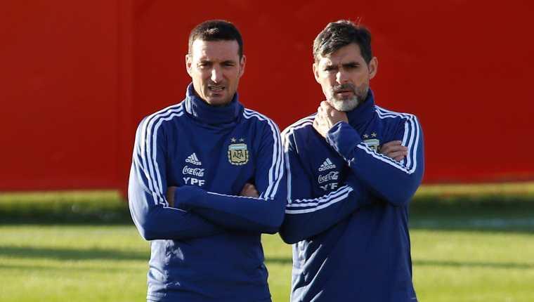 El técnico de Argentina Lionel Scaloni (I) y su asistente Roberto Ayala atienden un entrenamiento en la  Ciudad Deportiva Antonio Asensio en Palma de Mallorca en noviembre de  2019. Foto Prensa Libre: AFP.