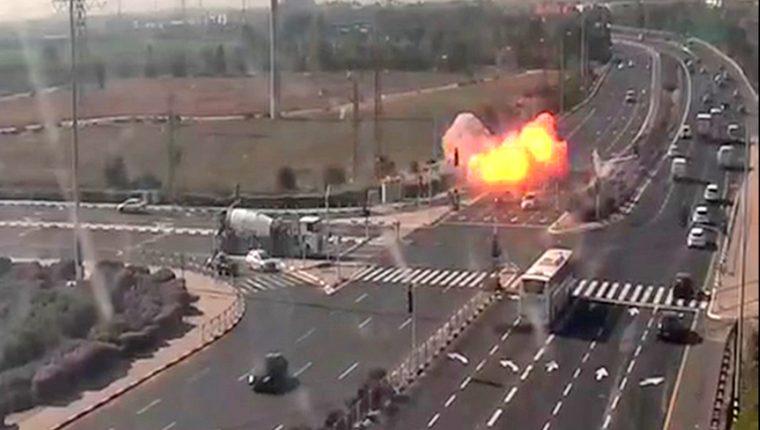 Imagen tomada del sistema de cámaras de la oficina de transporte e infraestructura de Israel, del momento en que un misil lanzado desde Gaza impacta en una carretera. (Foto Prensa Libre: AFP)