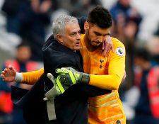 El técnico Jose Mourinho celebra con el portero del Tottenham  el argentino Paulo Gazzaniga la victoria de este sábado. (Foto Prensa Libre: AFP)