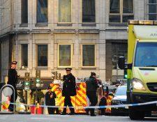 Policías y servicios de emergencia permanecen en el lugar donde ocurrió el apuñalamiento. (Foto Prensa Libre: AFP)