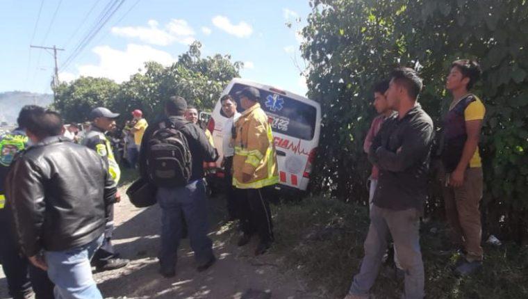 Lugar donde chocó una ambulancia y un automóvil en el km 28 de la ruta al Pacífico, Amatitlán. (Foto Prensa Libre: Cortesía Bomberos Voluntarios).