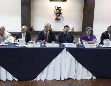 Autoridades de la APG y representantes de la PDH y MP rinden informe sobre la situación de los periodistas en Guatemala. (Foto Prensa Libre: Esbin García)