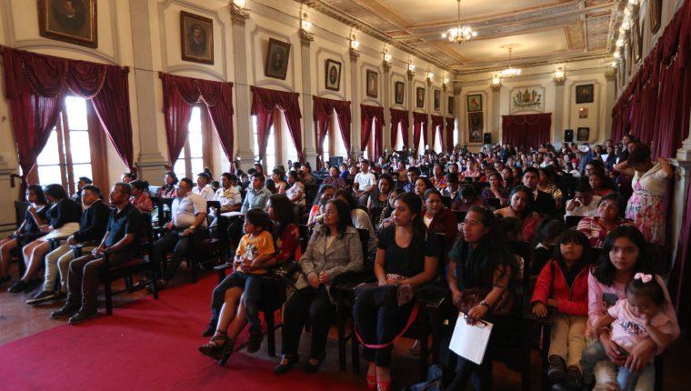 Un grupo de 500 personas culmino el proceso de aprendizaje de Conalfa en Xela. (Foto Prensa Libre: María Longo)