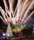 El encendido del Árbol Gallo en la Plaza del Obelisco marca el inicio de las fiestas de fin de año. (Foto Prensa Libre: Hemeroteca PL)