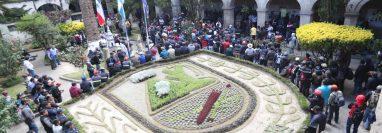 Los trabajadores celebraron la noticia del incremento salarial con la canción Todo se pagará del grupo guatemalteco Malacates. (Foto Prensa Libre: María Longo)