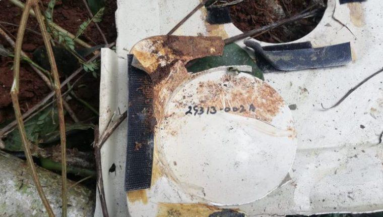 Parte de la avioneta localizada quemada cerca de la Laguna Lachuá. (Foto Prensa Libre: Ejército de Guatemala).