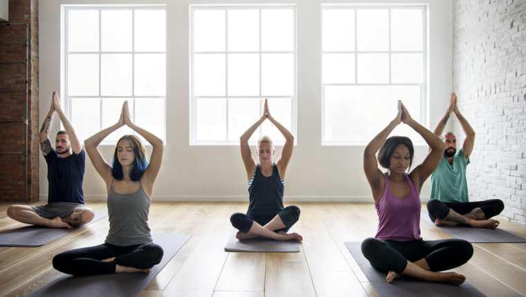 Aprenda a realizar los ejercicios de yoga en su casa, para lograr más comodidad y relajación. (Foto Prensa Libre: Servicios).