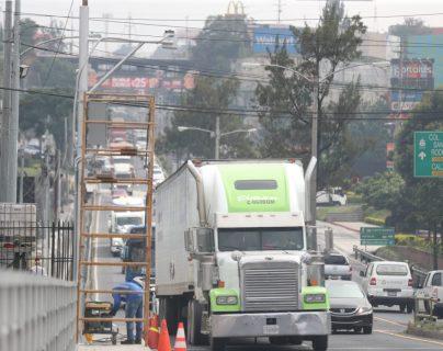 Personal de la Dirección General de Caminos hace pruebas del sistema de báscula en el puente Belice. (Foto Prensa Libre: Óscar Rivas)
