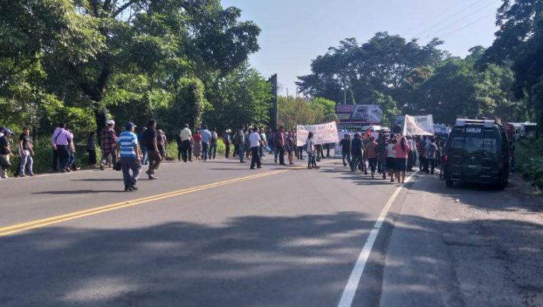 Pobladores de Malacatán bloquean el paso en el km 247.5 de la ruta al suroccidente. (Foto Prensa Libre: Alex Coyoy).